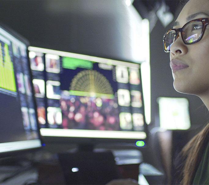 Vrouw bekijkt visuele resultaten van kunstmatige intelligentie onderzoek